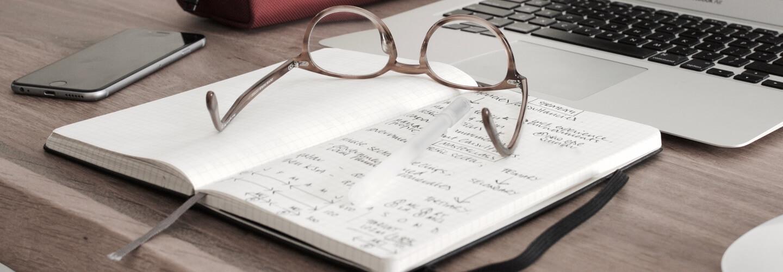 Okulary na zeszycie w szkole